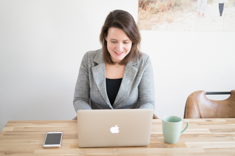 werken en schrijven aan laptop